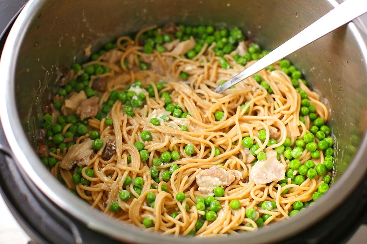 instant pot with spaghetti and green peas